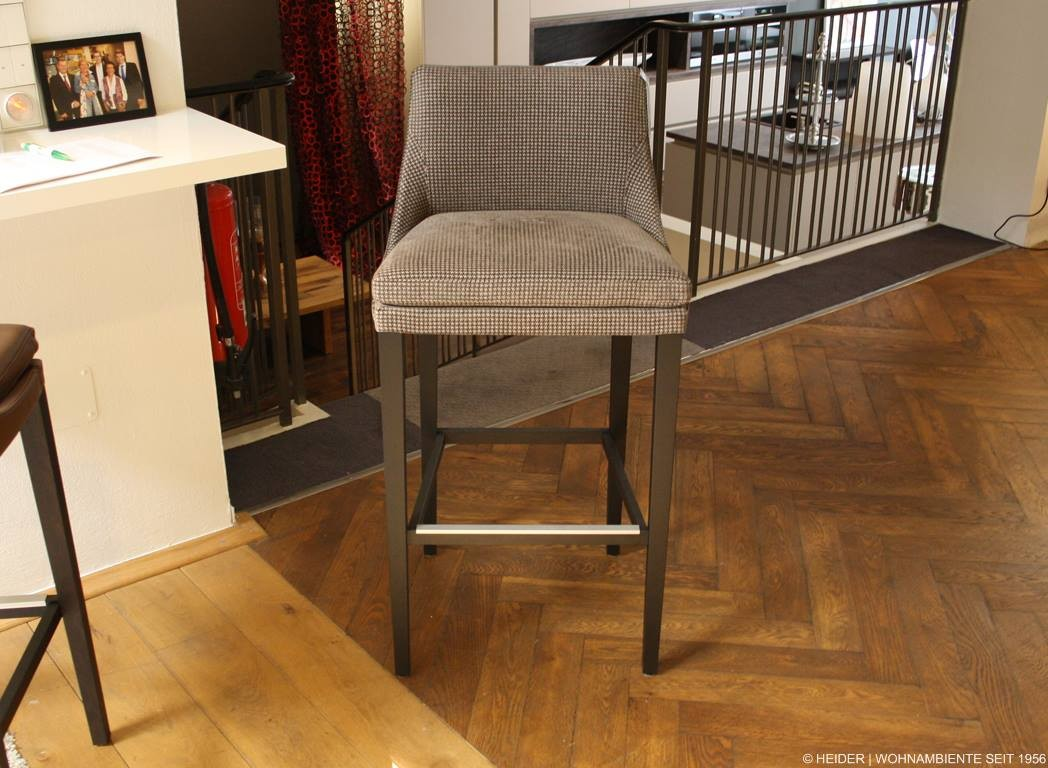 Bielefelder werkst tten barhocker saloni stoff grau for Barhocker grau stoff